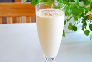 Ananas och ingefärssmoothie i glas