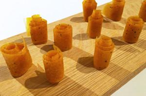 Syrliga mango och passionsfruktsremmar