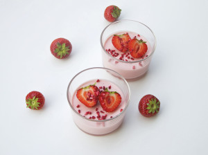 Yoghurt och jordgubbspanakotta med färska jordgubbar