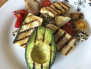 Medelhavssallad med grillade grönsaker och halloumi