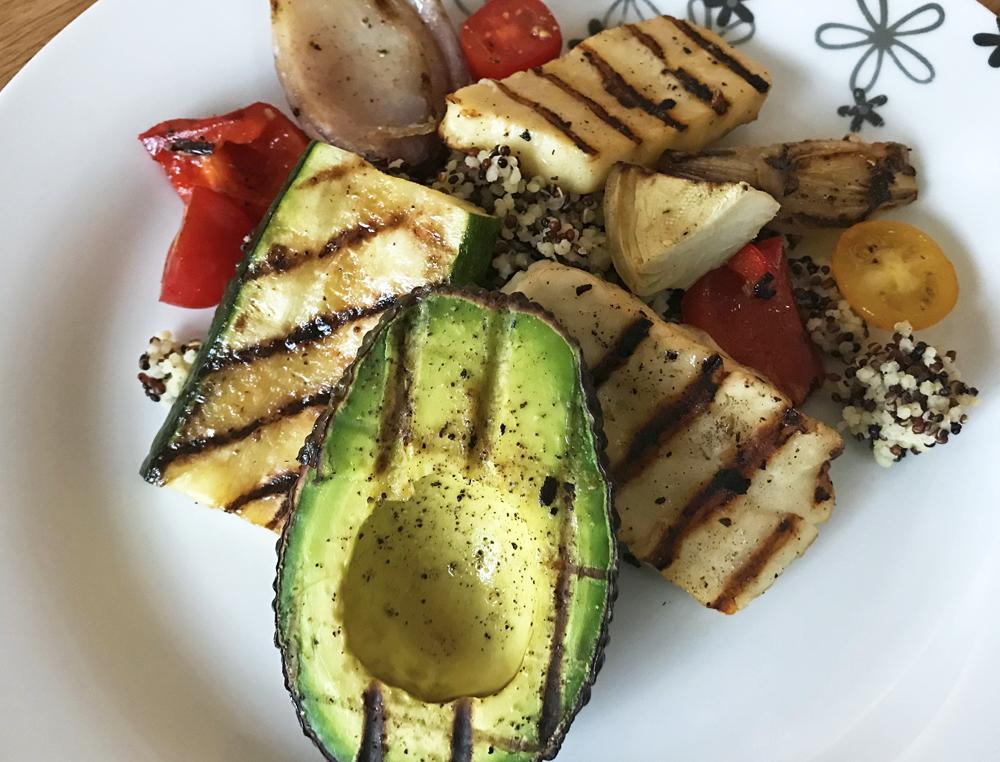 Medelhavssallad med halloumi och grillade grönsaker