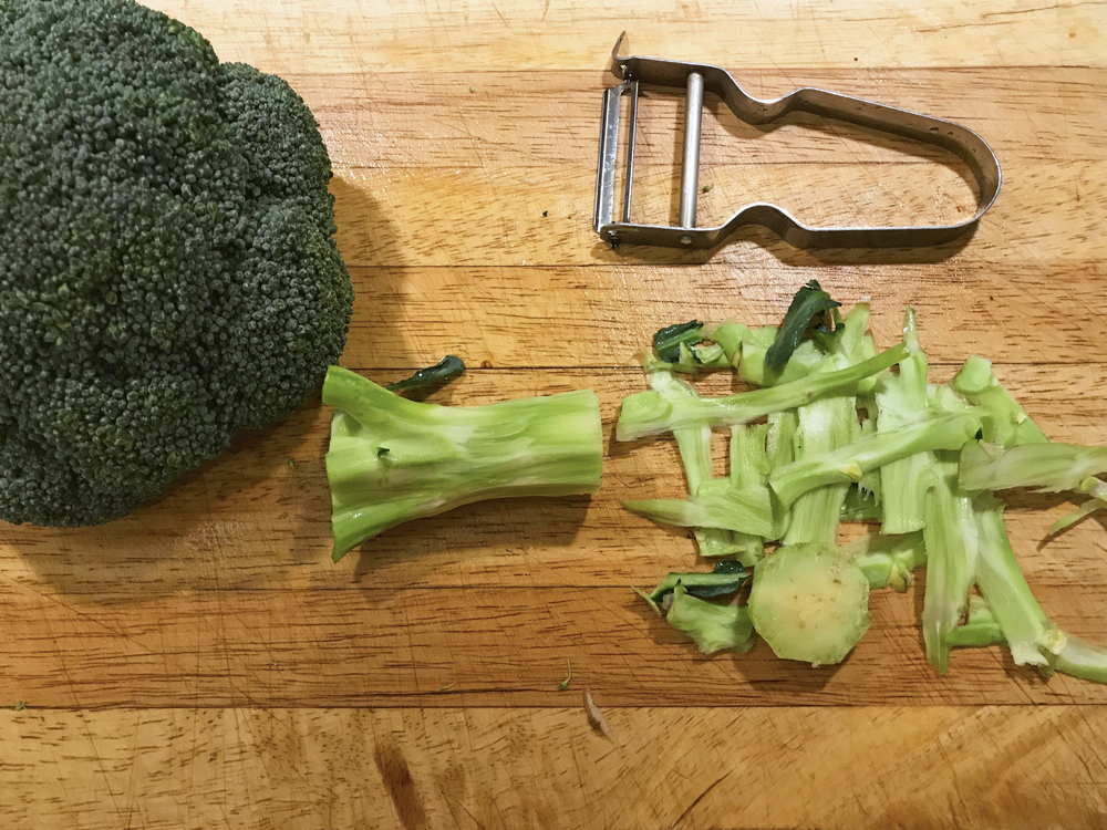 Halverad skalad broccoli