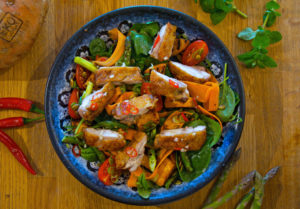 Försommarsallad med sötpotatis, sparris och kyckling
